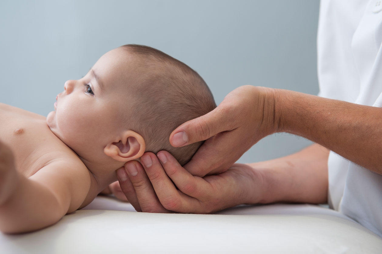 Bebe en sesion de osteopatia infantil